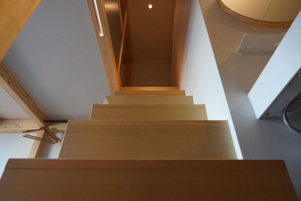 上のベッドへと続く階段
