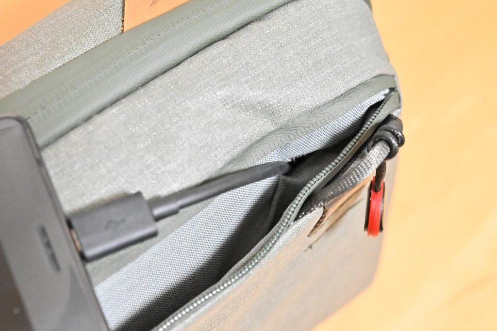 背面ポケットはケーブルを通す穴が開いている